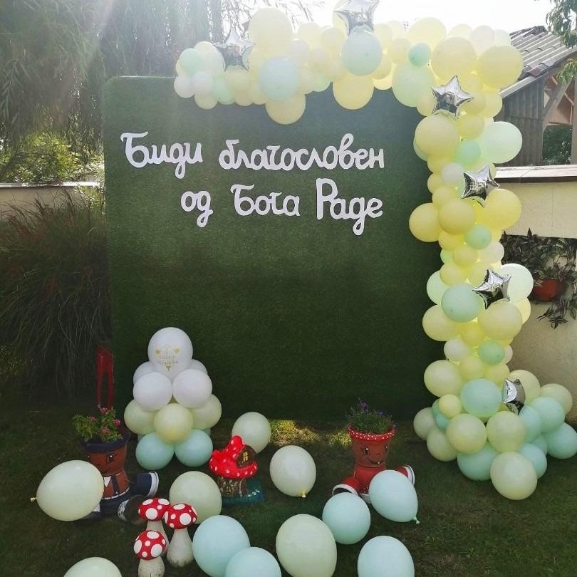 Позадина со балони за фотосесија на крштевка