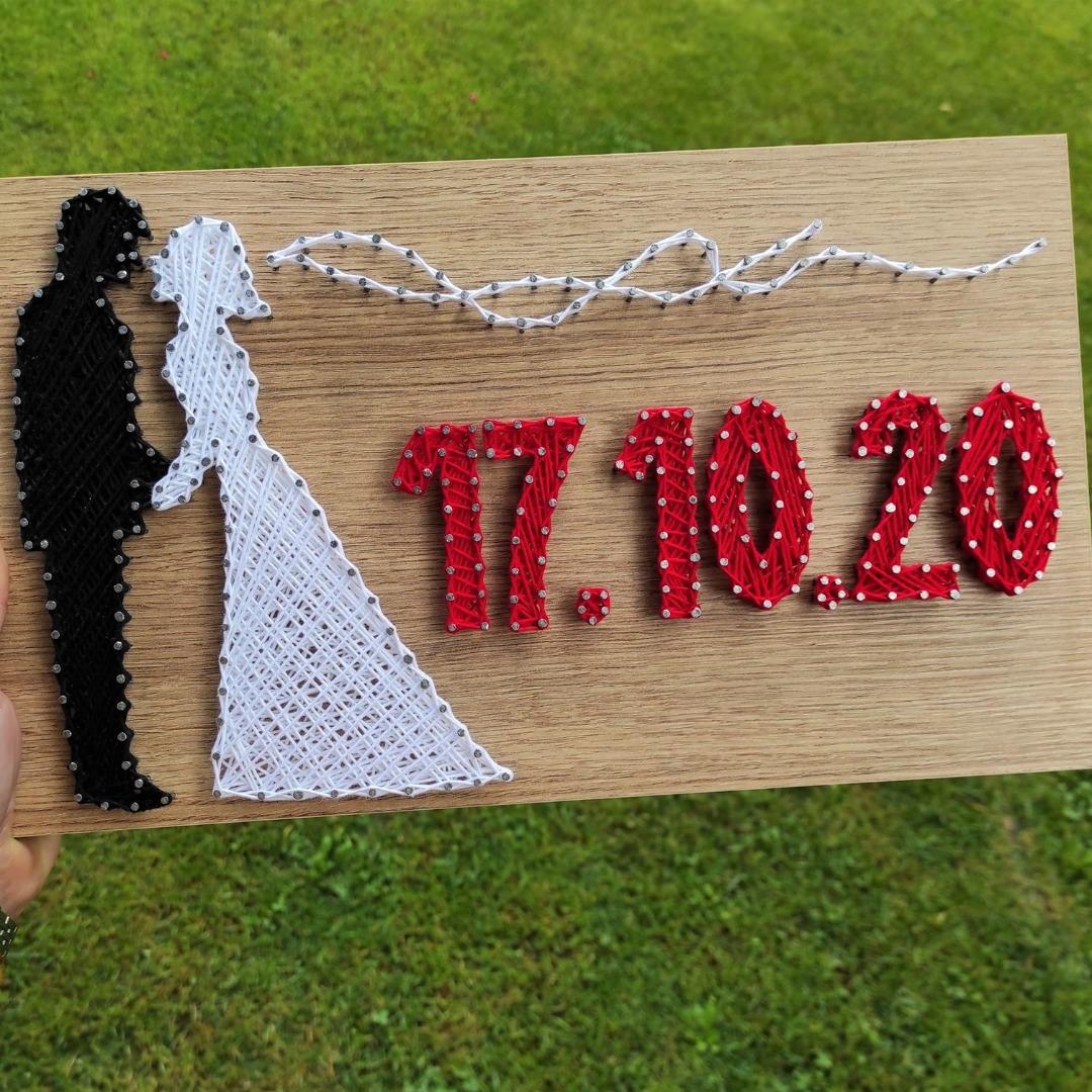 Дрвена слика со невеста и малдоженец и датумот од свадбата
