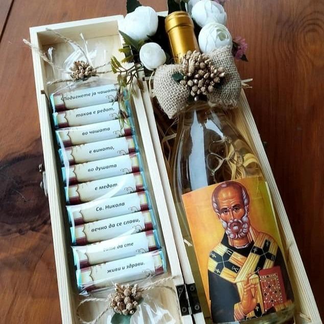 Вино во дрвена кутија и персонализирани чоколатца